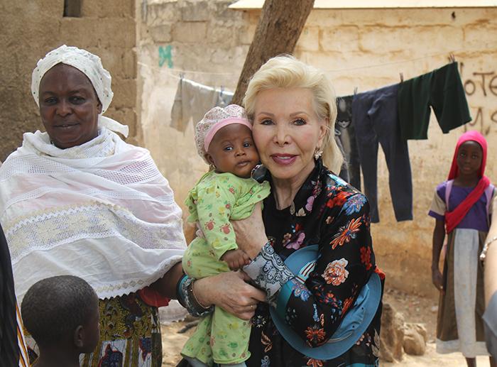 Ute-Henriette Ohoven mit einem Baby in Baraka